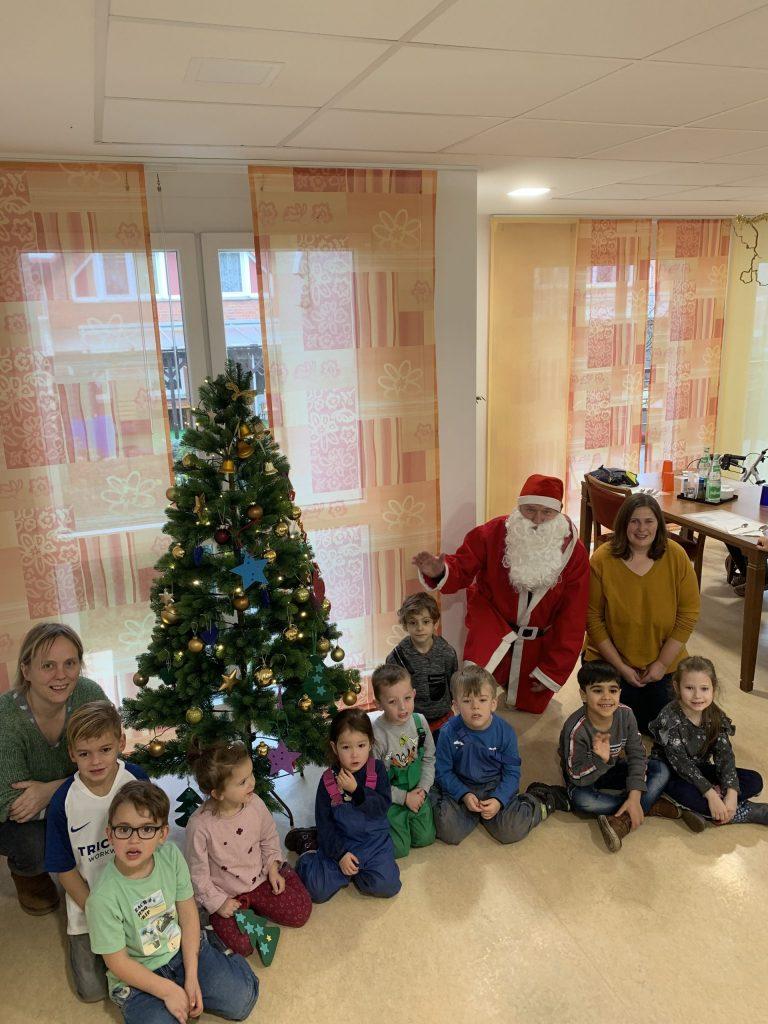 Nikolaus überrascht Kindergartenkinder